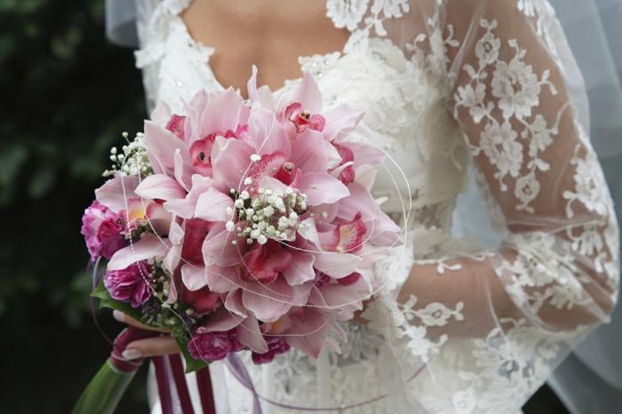 brautstrauß rosa orchideen nelken brautkleid weiß spitze