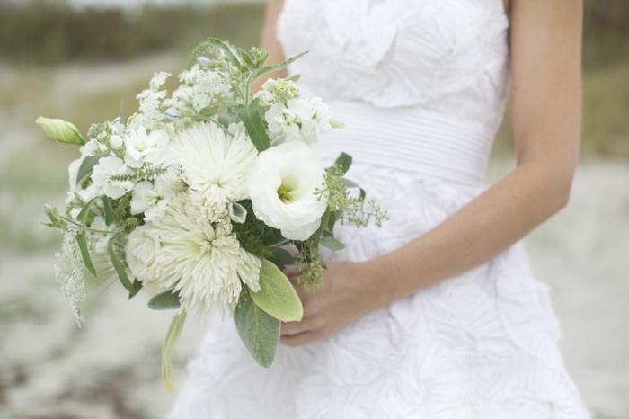 brautstrauß weiße blumen salbei chrysanthemen mohn brautkleid hochzeit