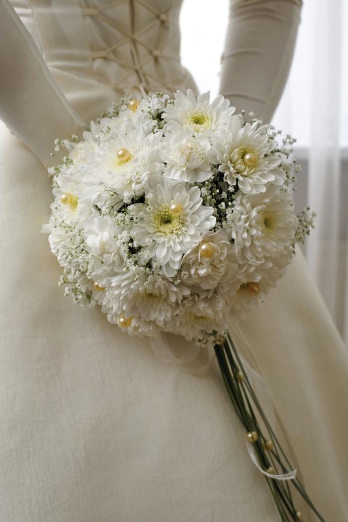 brautstrauß weiße chrysanthemen perlen brautkleid