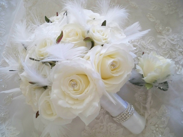 brautstrauß weiße hochzeit rosen feder strasssteine