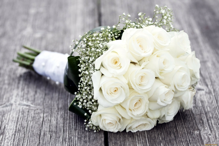 brautstrauß weiße rosen grüne blätter hochzeit