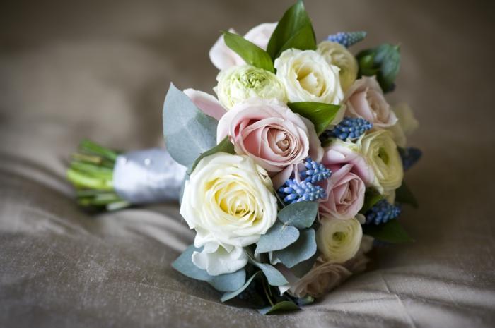 brautstrauß frische blumen rosen frühlingsblumen hochzeit