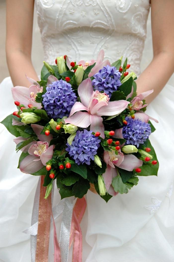 brautstrauss orchideen hyazinthen blau brautkleid