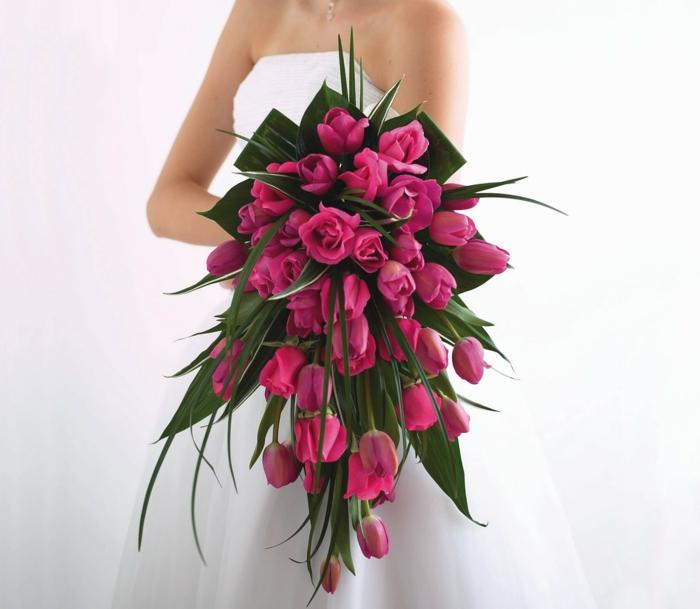 brautstrauss pinke rosen tulpen brautkleid
