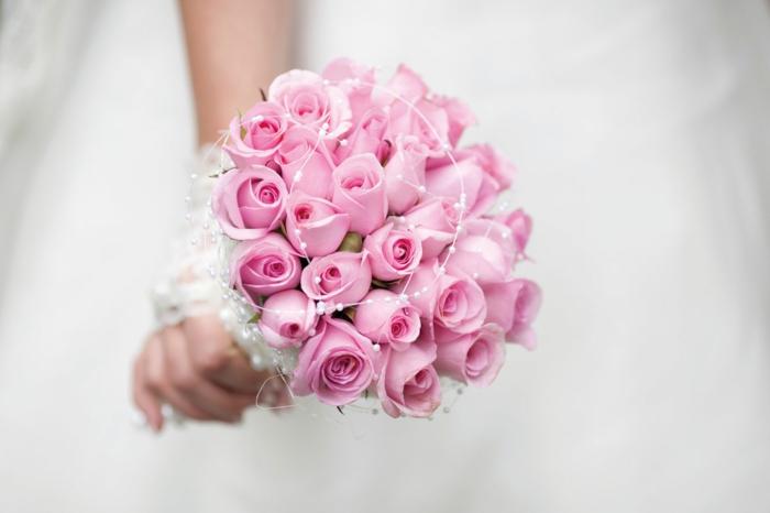 brautstrauss rosen perlen brautkleid hochzeit feiern