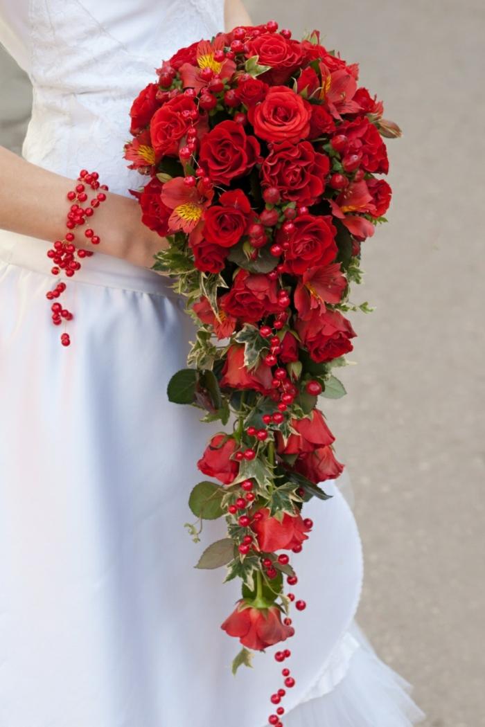 brautstrauss rote rosen efeu brautkleid hochzeit