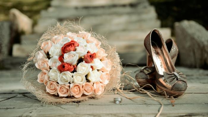 brautstrauss vintage hochzeit rosen brautschuhe eheringe