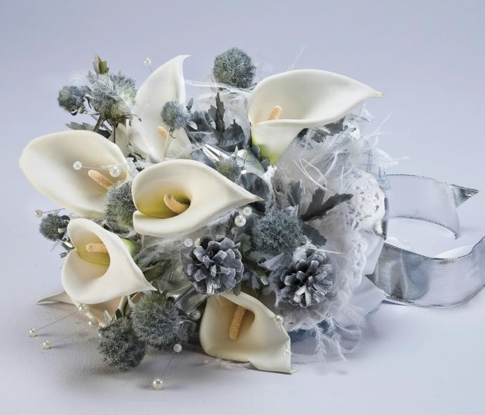 brautstrauss weiße callas perlen silberne tannenzapfen