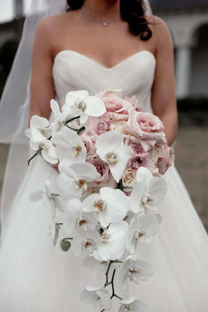 brautstrauss weiße orchideen rosen brautkleid
