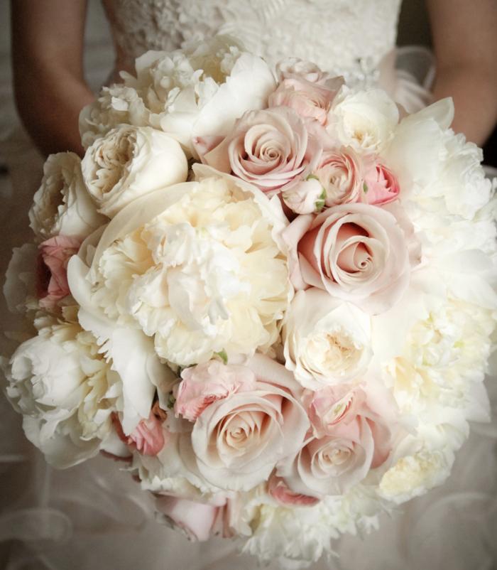 brautstrauss weiße pfingstrosen rosen weißes brautkleid
