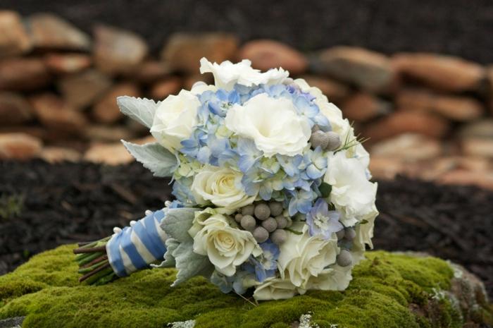 brautstrauss weiße rosen blaue hortensien