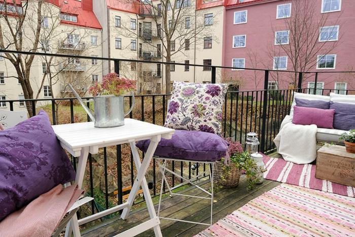 bunte kissen kleiner balkon terrassengestaltung teppichläufer ethno