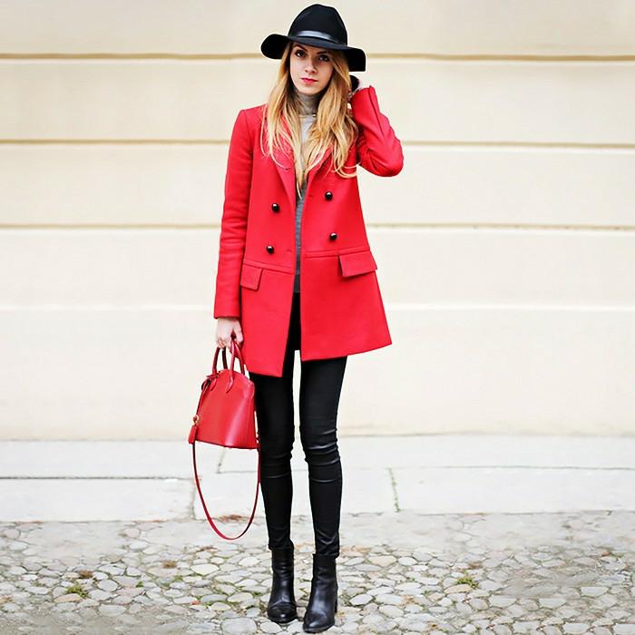 damentasche damenmode kleine rote ledertasche roter mantel schwarze hose hut stiefeletten