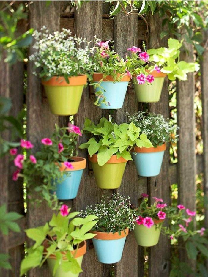 dekoideen frühling außenbereich dekorieren pflanzentöpfe gartenzaun