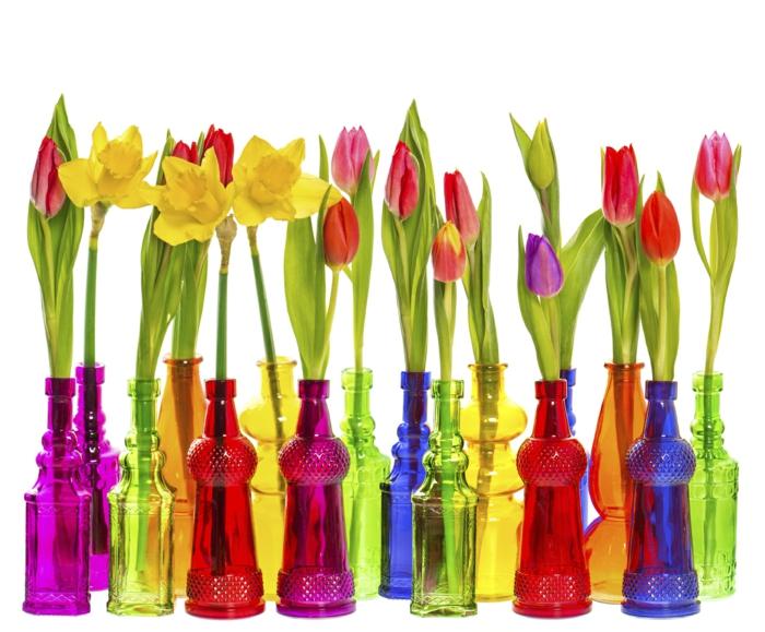 dekoideen frühling farbgestaltung blumentrend glasflaschen narzissen tulpen