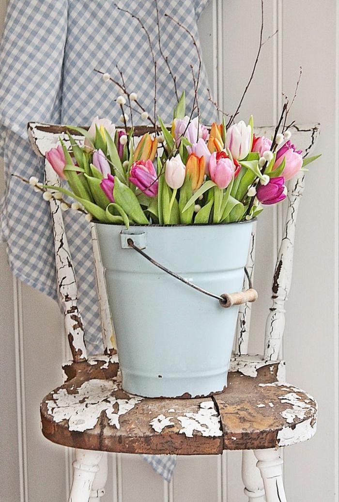dekoideen frühling farbige tulpen alter stuhl