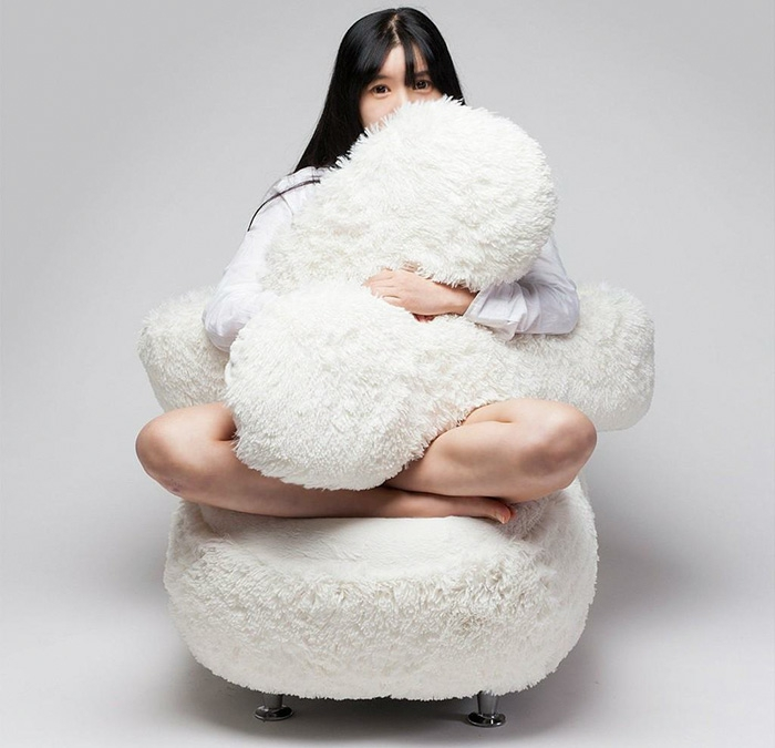 designersessel lee eun kyoung jemanden umarmen