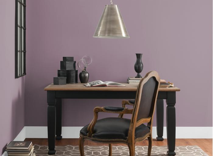 edles home office lila wandfarbe büroeinrichtung holzmöbel kolonial stil metallene pendelleuchte