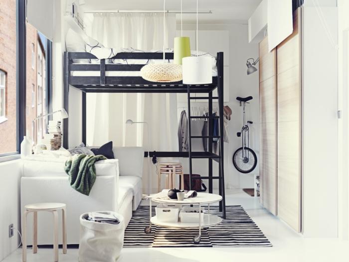 einzimmerwohnung weiße couch runder beistelltisch hochbett