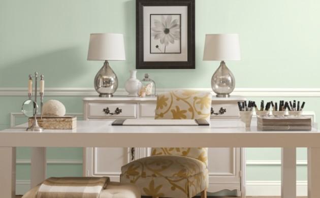 elegante-büroeinrichtung-weißer-schreibtisch-bürostuhl-gemustert-tischleuchten-wohnaccessoires