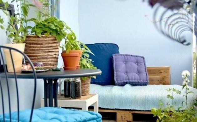 europaletten-möbel-diy-balkonideen-balkonpflanzen-metallener-tisch-stuhl-beistelltisch-teppich