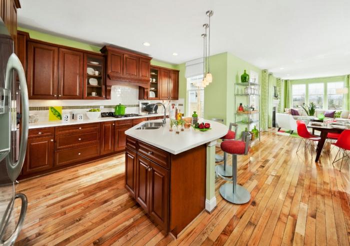 farbgestaltung-inneneinrichutung offener wohnplan hellgrüne wände holzfurniere kücheneinrichtung