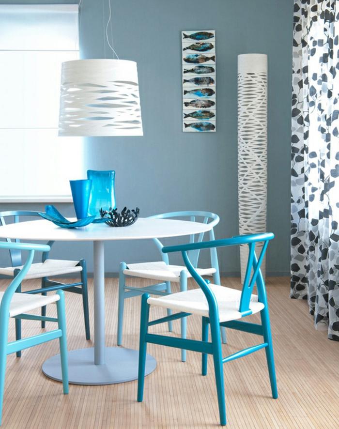 farbgestaltung inneneinrichutung regeln runder esstisch blaue stühle vorhänge hängelampe