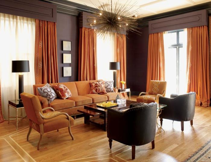 farbgestaltung inneneinrichutung wohnzimmer analoge farben warm orange braun vorhänge polster ledersessel
