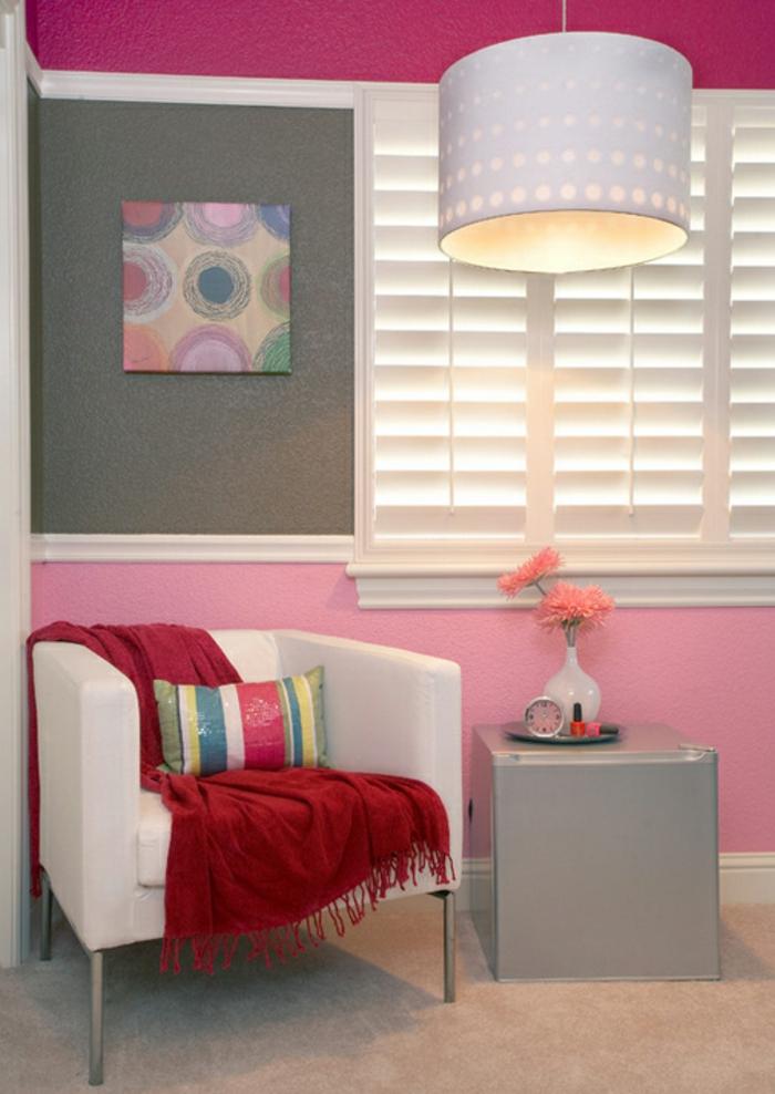 farbgestaltung inneneinrichutung wohnzimmer einrichten weißer sessel rote wolldecke
