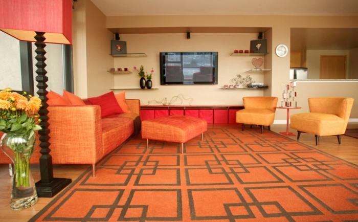 farbgestaltung inneneinrichutung wohnzimmer gestalten warme farben orange rot kissen couch