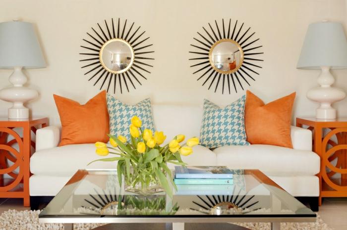 farbgestaltung wohnzimmer einrichten orange akzente beistelltisch couchtisch glas sofa
