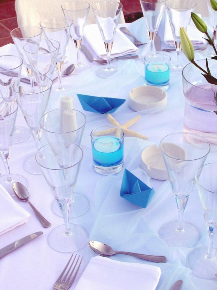 festliche tischdeko blaue akzente kerzen tulpen