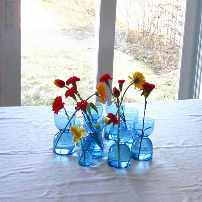 festliche tischdeko blaue dekovasen glas blumendeko