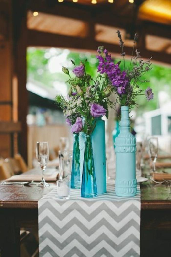 festliche tischdeko blaue dekovasen tischläufer zig zag muster
