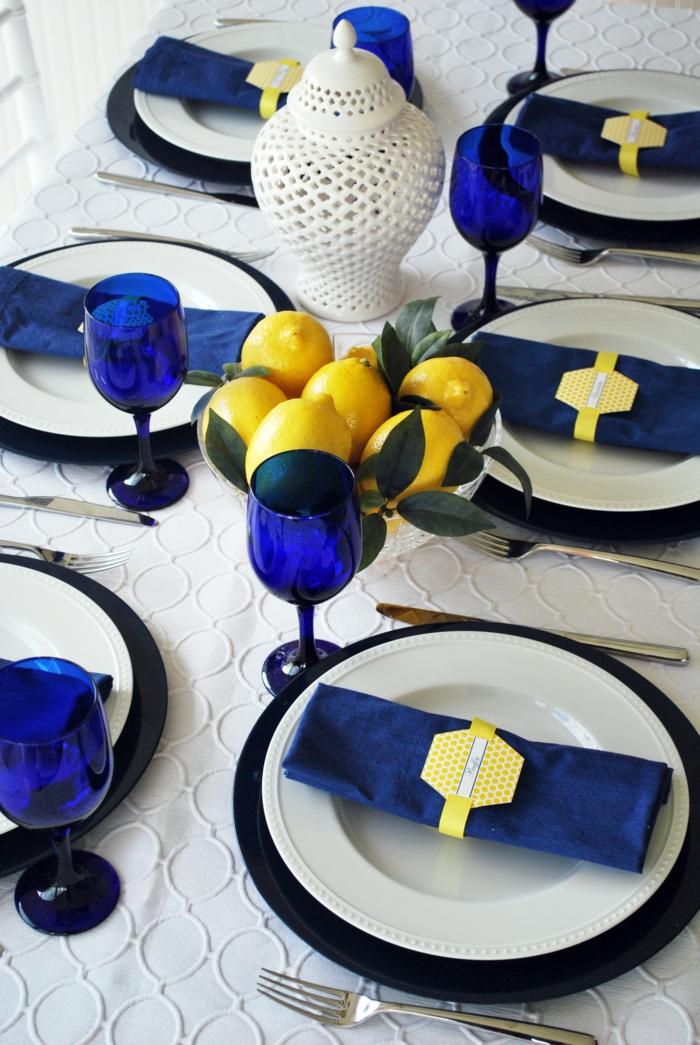 festliche tischdeko blaue akzente weiße tischdecke