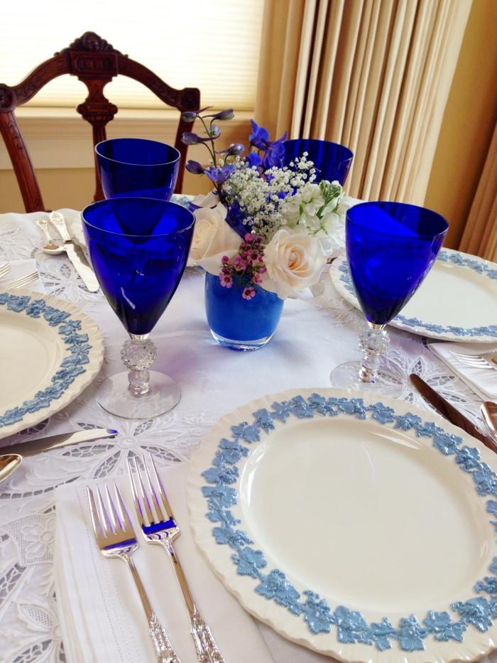festliche tischdeko blaue gläser dekovase blumen