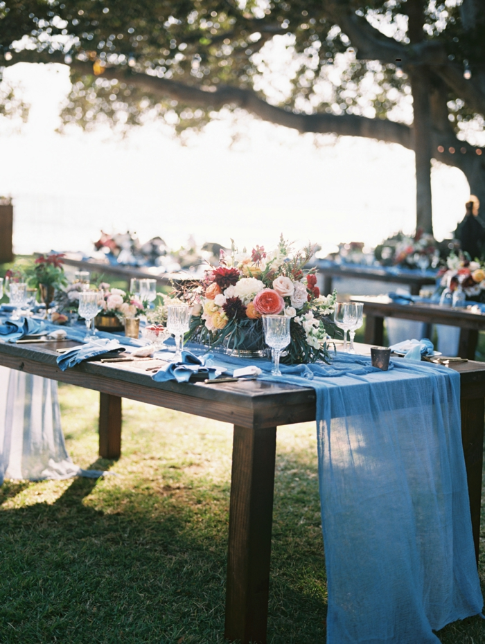 festliche tischdeko blaue tischdecke blumen festlich romantisch gartenparty