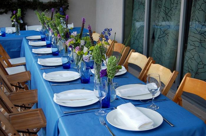 festliche tischdeko blaue tischdecke blumenvasen gartenparty