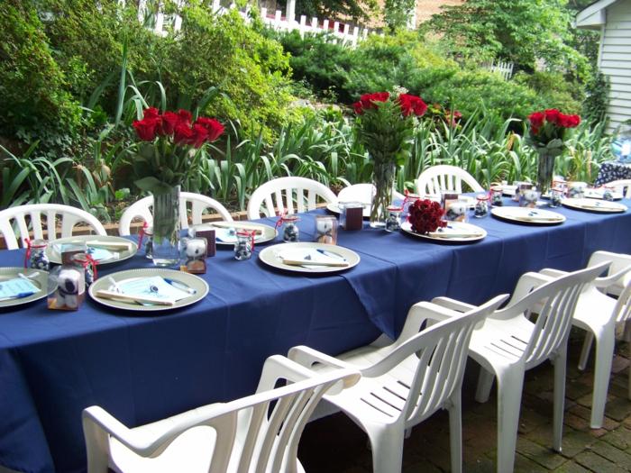 festliche tischdeko blaue tischdecke rote rosen weiße stühle