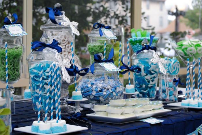 festliche tischdeko blaunuancen süßigkeiten