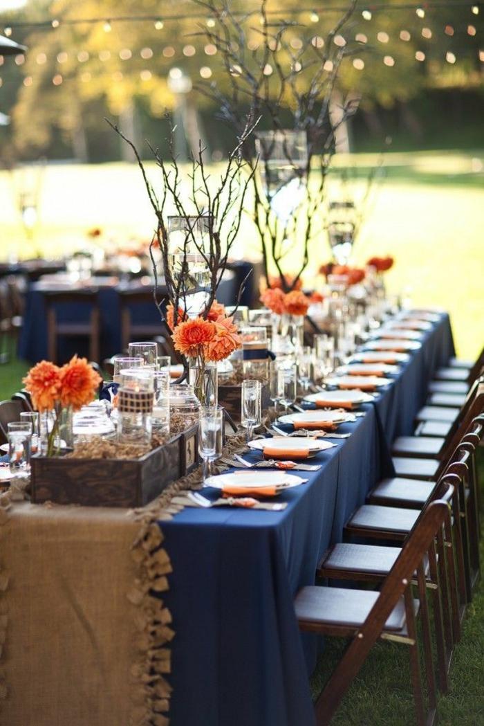 festliche tischdeko dunkelblaue tischdecke elegant orange akzente