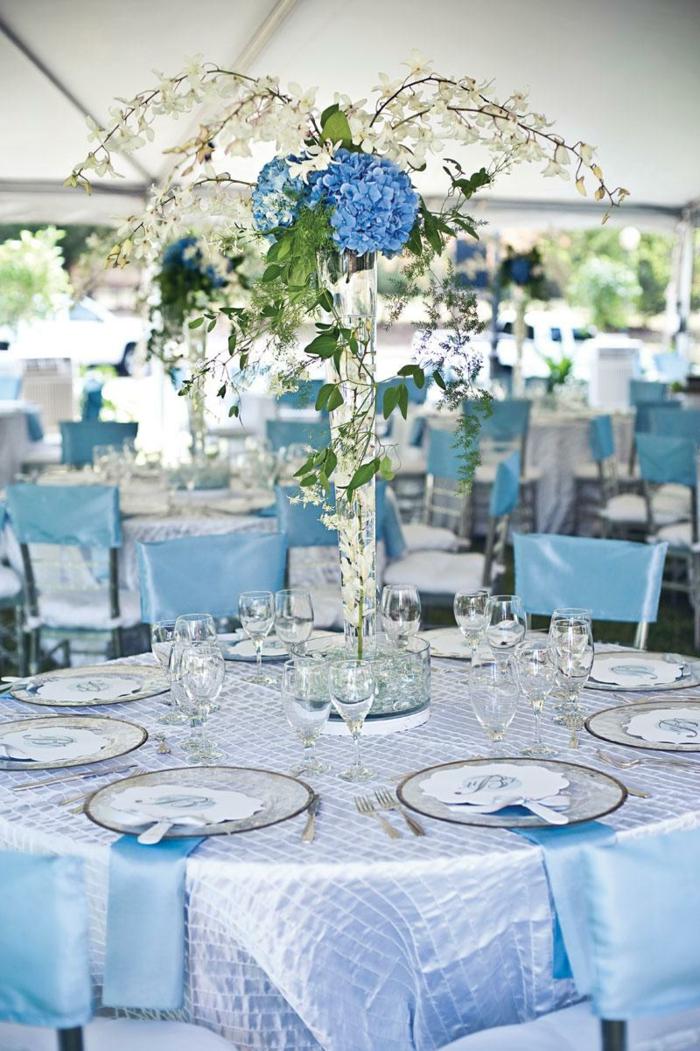 festliche tischdeko hellblau blumen tisch dekorieren