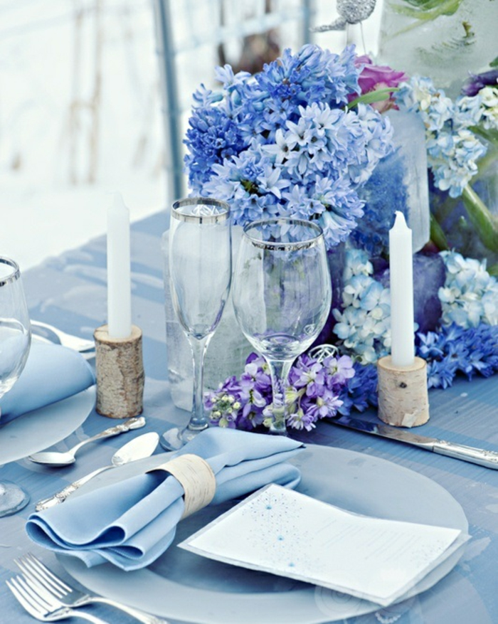 festliche tischdeko hellblaue tischdecke blumen kerzen
