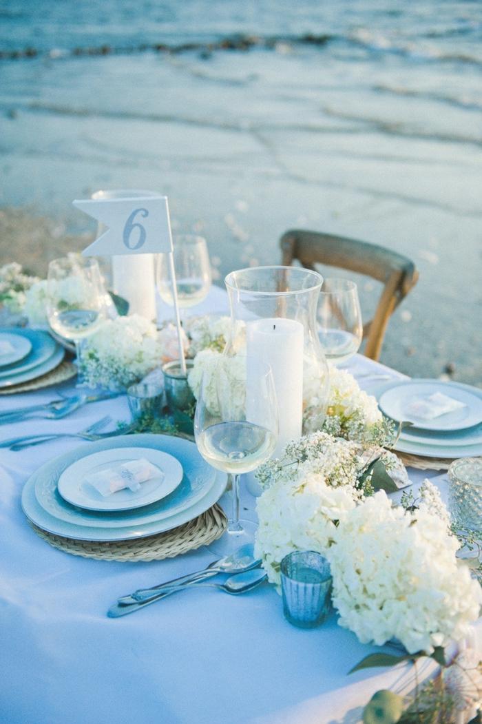 festliche tischdeko hellblaue tischdecke romantisch kerzen blumen