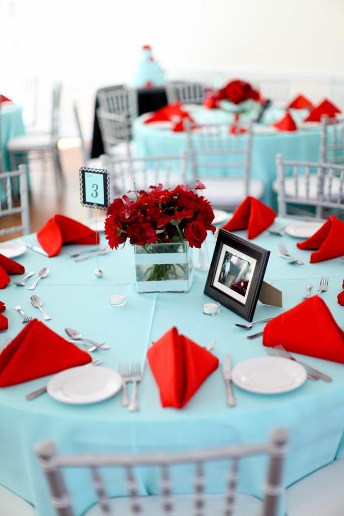 festliche tischdeko hellblaue tischdecke rote servietten