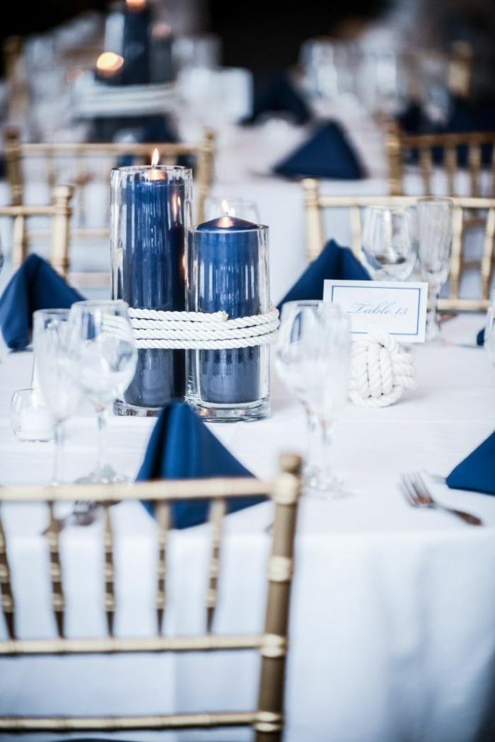 festliche tischdeko weiße tischdecke dunkelblaue servietten