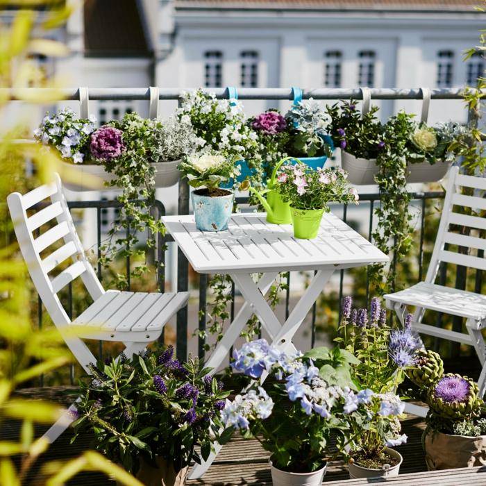 frühlingsblumen balkonpflanzen klapptisch stühle weiß terrassengestaltung