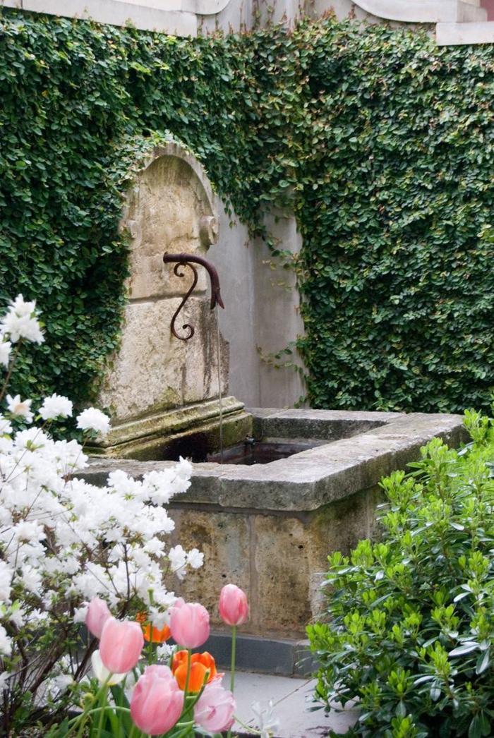gartenbrunnen design romantisch blumen kletterpflanzen