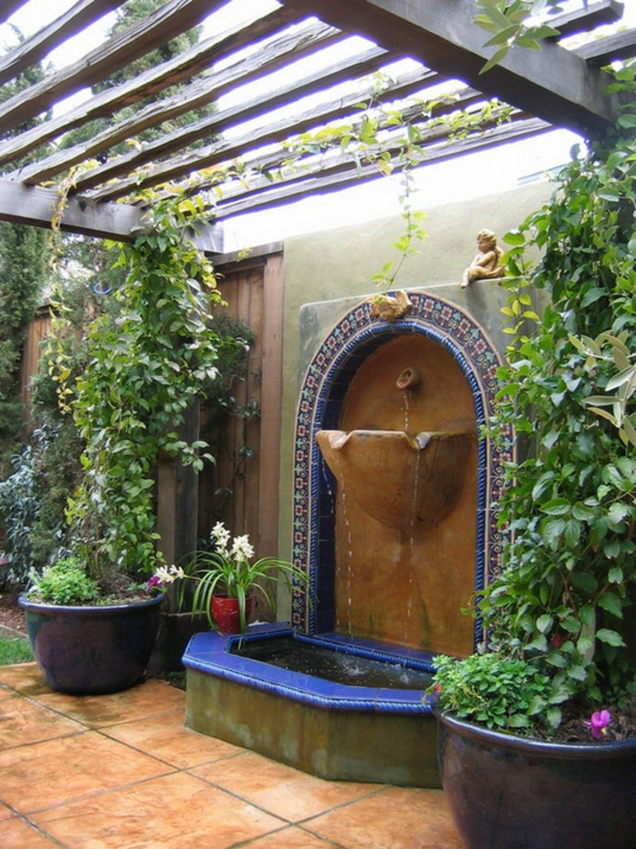 gartenbrunnen gartenideen exterieur pflanzentöpfe