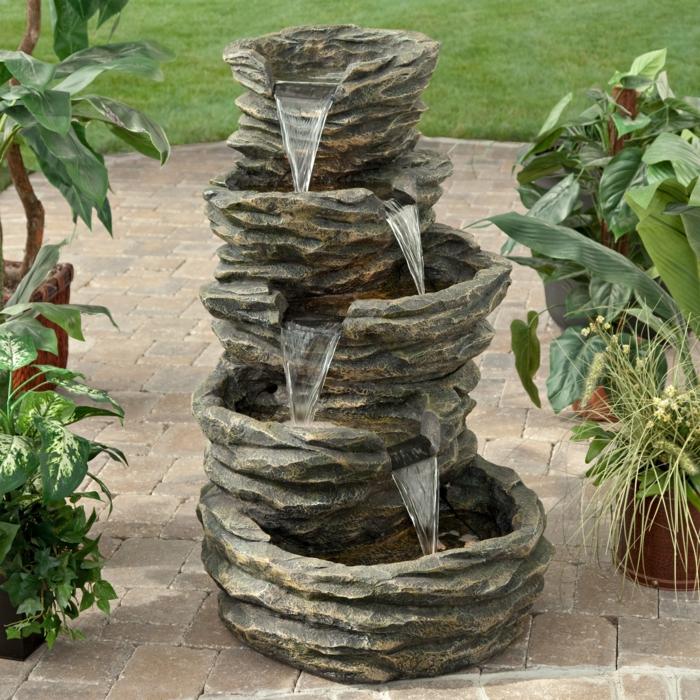 gartenbrunnen stein garrtenideen pflanzen außenbereich